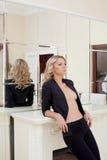 Lockig topless kvinna som poserar nära spisen Royaltyfria Bilder