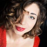 Lockig ung flicka som poserar i rött Royaltyfri Fotografi