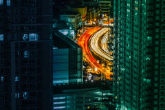 Lockig väg bland skyskrapor royaltyfri foto
