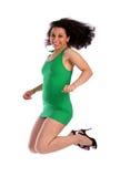 Lockig-vorangegangenes Mädchenspringen Stockfoto