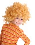 lockig wig för flickaståendered royaltyfria bilder