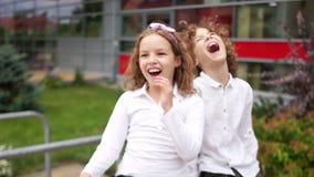 Lockiga barn, syskongruppblick in i avståndet och skratt lycklig helg för familj lager videofilmer