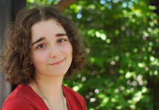 Lockiga bruna hår för ung kvinna i en parkera Fotografering för Bildbyråer