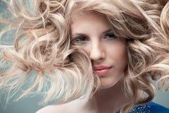 Lockige Blondine des Art und Weiseportraits Lizenzfreie Stockfotografie