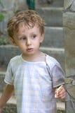 Lockiger Junge an einem Pool (02) Stockfotos