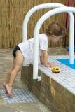Lockiger Junge an einem Pool (10) Lizenzfreie Stockfotos