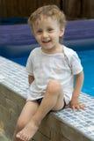 Lockiger Junge an einem Pool (15) Stockfotografie