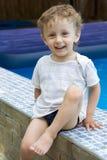 Lockiger Junge an einem Pool (16) Lizenzfreies Stockbild