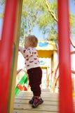 Lockiges behaartes blondes Mädchen am Spielplatz Lizenzfreies Stockbild
