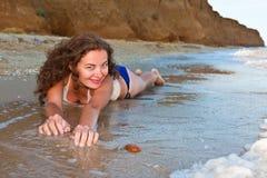 Lockiges Mädchen auf dem Strand Stockfoto