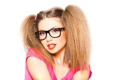 Lockiges Mädchen mit Hippie-Gläsern und zwei Hecks stockfotografie
