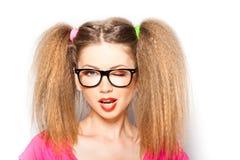 Lockiges Mädchen mit Hippie-Gläsern und zwei Hecks stockfotos