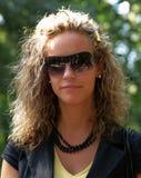 Lockiges Mädchen mit Sonnenbrillen Stockfotos