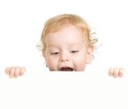 Lockigt barn som rymmer det blanka annonserande banret Fotografering för Bildbyråer
