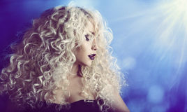 Lockigt hår, stående för kvinnaskönhetframsida, modemodell Girl med Royaltyfri Foto