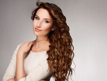Lockigt långt hår. Högkvalitativt avbilda. arkivbilder