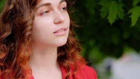 Lockigt ljust rödbrun fixa hår för säker kvinnastående stock video