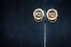 Lockpad velho fechado em uma porta azul de madeira fotografia de stock royalty free