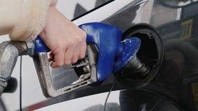Lockport NY, USA, Oktober 2017: En kvinna kör hennes bil med bensin Handen rymmer ett tanka vapen arkivfilmer