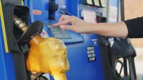 Lockport NY, USA, Oktober 20, 2016: Man löner med kreditkorten och skriver in en STIFTkod på en bensinstation arkivfilmer