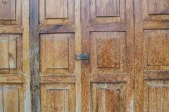 Lockset no teste padrão de madeira da porta textured o fundo Fotos de Stock