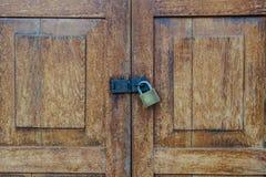 Lockset no teste padrão de madeira da porta textured o fundo Imagem de Stock