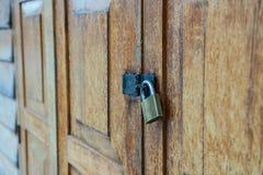 Lockset no teste padrão de madeira da porta textured o fundo, lugar antigo em Tailândia Fotografia de Stock Royalty Free