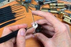 Locksmith podnosi butla kędziorek z lockpick i napięcia wyrwaniem Zdjęcia Stock