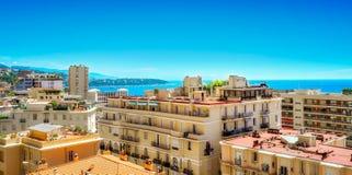 Locksvala som sedda igenom stadsbyggnader i Monaco Royaltyfri Fotografi