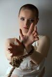 Loco-mirando a la muchacha que presenta con las manos atadas Foto de archivo