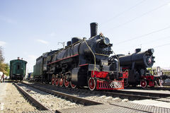 Locomotief ea-3510 en voortbewegingste - 322 in museum van de van de Noord- geschiedenisspoorweg Kaukasus Stock Foto's