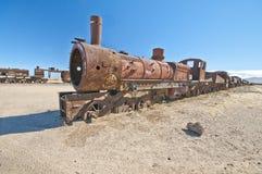Locomotief in salar DE dat Uyuni wordt verlaten Stock Fotografie