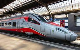 Locomotief van een hoge snelheidstrein van Italië bij een platform van stock fotografie