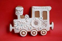 Locomotief van peperkoek met suikerglazuur op een gekleurde achtergrond wordt gemaakt die royalty-vrije illustratie