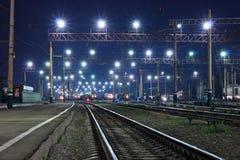 Locomotieven in de nacht Stock Foto