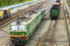 Locomotiva alla stazione ferroviaria Immagini Stock Libere da Diritti