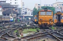 Locomotiva arancione del treno con la giunzione ferroviaria. Fotografie Stock Libere da Diritti