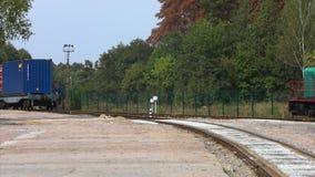 Locomotiva com recipientes Trem da estrada de ferro com recipientes Recipientes de transportes do trem de mercadorias vídeos de arquivo