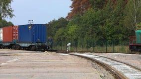 Locomotiva com recipientes Trem da estrada de ferro com recipientes Recipientes de transportes do trem de mercadorias filme