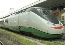 Locomotiva de alta velocidade com carros Imagens de Stock Royalty Free