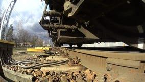 locomotiva de pressa com vagões, um tiro original a direito vídeos de arquivo