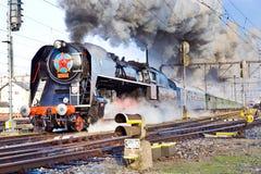 Locomotiva de vapor 475 1 chamou Slechticna, stati da estrada de ferro de SmÃchov Fotos de Stock