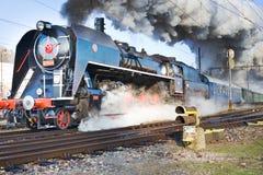 Locomotiva de vapor 475 1 chamou Slechticna, stati da estrada de ferro de SmÃchov Imagem de Stock