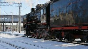 Locomotiva de vapor sooty preta no movimento da câmera da estação vídeos de arquivo