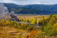 Locomotiva de vapor velha na estrada de ferro de Circum-Baikal com fumo no outono fotos de stock royalty free