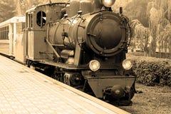 Locomotiva de vapor velha O vintage velho vapor-pôs passeios do trem nos trilhos imagens de stock royalty free