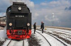 Locomotiva del Harzer Schmalspurbahnen con il conduttore ed il mackintosh Fotografie Stock Libere da Diritti