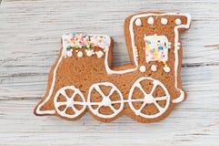 Locomotiva del pan di zenzero di Natale su fondo di legno Fotografia Stock Libera da Diritti