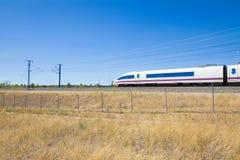 Locomotiva del treno ad alta velocità in campagna Immagini Stock