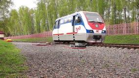 Locomotiva di ferrovia a scartamento ridotto video d archivio